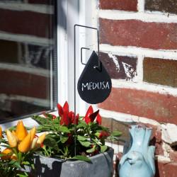 Porte-étiquette Piet avec étiquette ardoise goutte sur plante verte