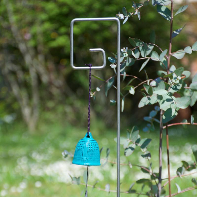Tuteur métallique de jardin PIET inox 6 avec fūrin bleu turquoise sur Eucalyptus