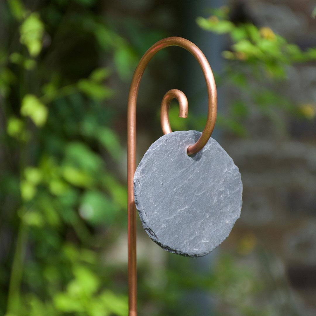 Etiquette de jardin en ardoise ronde sur tuteur Gustav en cuivre - Le Jardin de Léon
