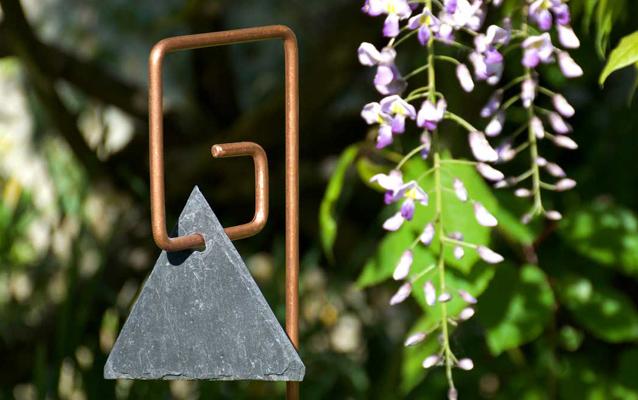 Le Jardin de Léon - Etiquette ardoise brute recyclée sur tuteur métalliquePIET cuivre