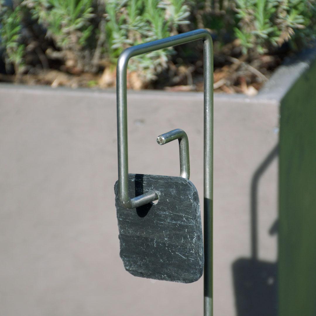 Etiquettes en ardoise squircle sur un tuteur Piet fer Ø6mm - Le Jardin de Léon